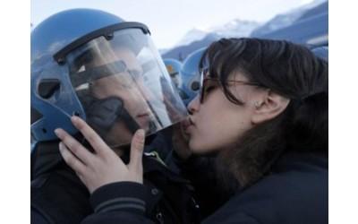 youfeed-la-ragazza-no-tav-del-bacio-al-poliziotto-denunciata-per-violenza-sessuale